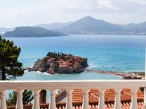 Двухуровневые апартаменты с видом на море в Свети Стефан