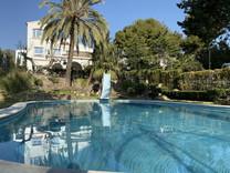 Солидный особняк с видом на море в центре Кастельдефельс