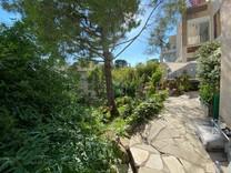 Апартаменты с большим садом и бассейном в Каннах