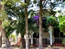 Дом с красивым садом недалеко от пляжа в Утехе