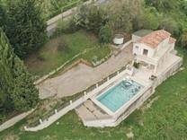 Дом с большим участком и видом на море в Вансе