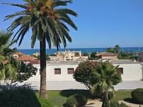 Трехкомнатная квартира с видом на море в Антибе