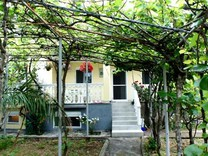 Дом с фруктовым садом недалеко от моря в Сутоморе