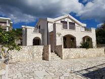 Современный дом с видом на море в Шушани