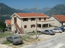 Трехкомнатные апартаменты с видом на море в Доброте