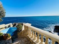 Уникальный особняк на первой линии моря в Ницце