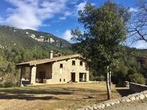 Просторный дом с четырьмя спальнями в Sant Jaume de Llierca