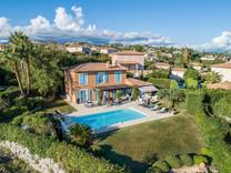 Красивый дом с видом на море в поселке Les Hauts de Vaugrenier