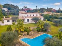 Большой дом с садом и видом на море в Мужене