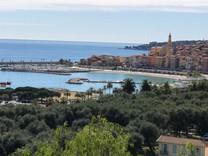 Апартаменты с большой террасой и видом на море в Ментоне