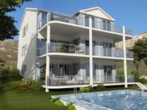 Большие двухспальные апартаменты с видом на море в Prcanj
