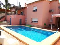 Четырехспальный дом с бассейном в Дении