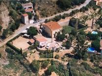Атмосферный дом с большим участком в Матаро