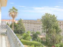 Буржуазная квартира с видом на море в Ментоне