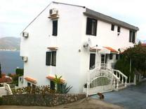 Дом с апартаментами рядом с морем в Крашичах