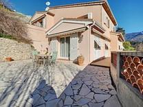Дом с бассейном и видом на море в Ментоне