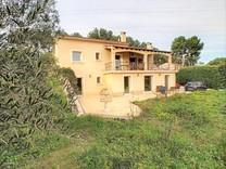 Дом с хорошим участком в Mougins