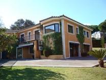 Двухэтажная вилла с бассейном и садом в Санта-Кристина-де-Аро