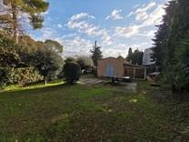 Дом с хорошим участком в окрестностях Канн