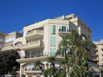 Квартира в элитном здании с бассейном возле моря