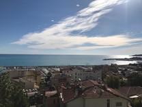 Красивый особняк с видом на море и порт в Ментоне
