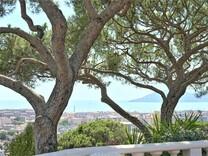 Панорамная вилла с пятью спальнями в Каннах