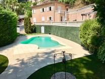 Вилла в окружении зелени в Ментоне