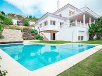 Большой дом с шестью спальнями в Эстепона