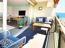 Квартира с ремонтом и боковым видом на море в Жуан-Ле-Пен