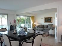 Большая двухкомнатная квартира с видом на море в Гольф-Жуан