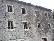 Участок с руинами в Черногории