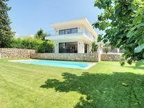 Современный дом с бассейном в Мужен