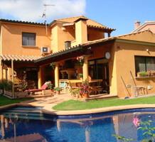 Большой дом с бассейном в центре Санта-Кристина-де-Аро, продажа. №38281. ЭстейтСервис.