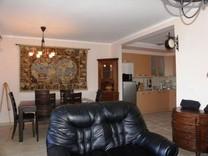 Трехкомнатные апартаменты с мебелью в Прчани