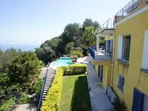 Вилла с пейзажным бассейном на Roquebrune-Cap-Martin
