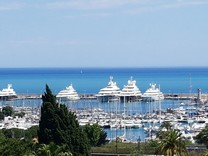 Квартира с захватывающим видом на море и порт в Антибе