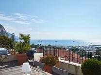 Квартира с огромной террасой и видом на море в Больё