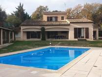 Двухэтажная вилла с бассейном в окрестностях Mougins