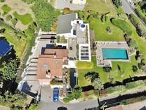 Стильный дом с большим участком в Кань-сюр-Мер