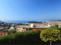 Солидные апартаменты с садиком и видом на море
