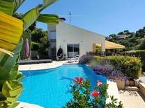 Стильный дом с видом на море в Сен-Лоран-дю-Вар
