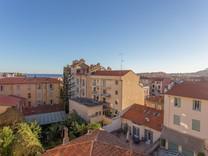 Нетипичный пентхаус с видом на море в Ментоне