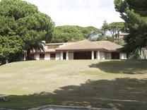 Солидный дом с большим участком в урбанизации Rocaferrera