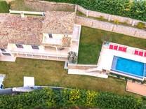 Современный дом с двумя бассейнами в Кань-сюр-Мер