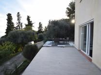 Современный дом с видом на море в Ментоне