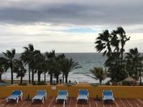 Большая квартира на первой линии в Río Real, Marbella