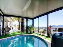 Дом с крытым бассейном и видом на море в Каннах