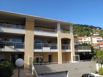Квартира с гаражом, большой террасой и видом на море в Эз