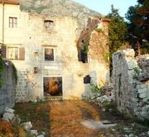 Дом под реставрацию на первой линии в Доброте, продажа. №12833. ЭстейтСервис.