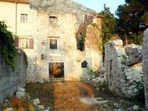 Дом под реставрацию на первой линии в Доброте